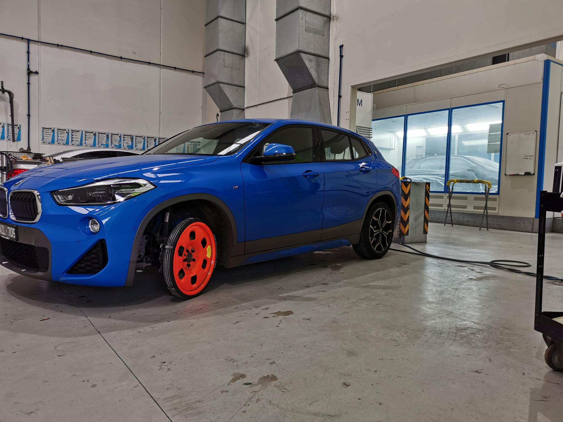 blue sports car using Guniwheel